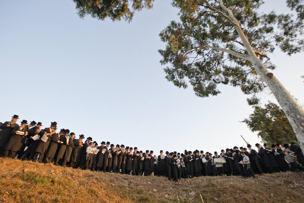 """Evrei ultra – ortodocşi se roagă în timpul ritualului de """"Tashlich"""" lângă râul Ayarkon din oraşul Ramat Gan, lângă Tel Aviv, joi, 12 septembrie 2013."""