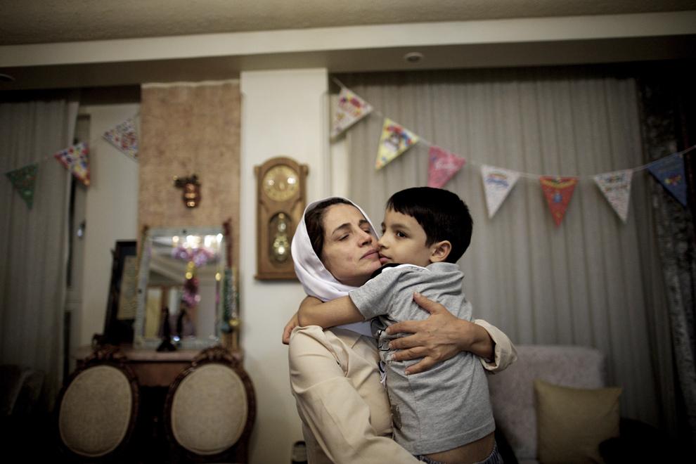 Avocata iraniana Nasrin Sotoudeh îşi îmbrăţişează fiul Nima, după eliberarea din închisoare, unde a petrecut trei ani, miercuri, 18 septembrie 2013.