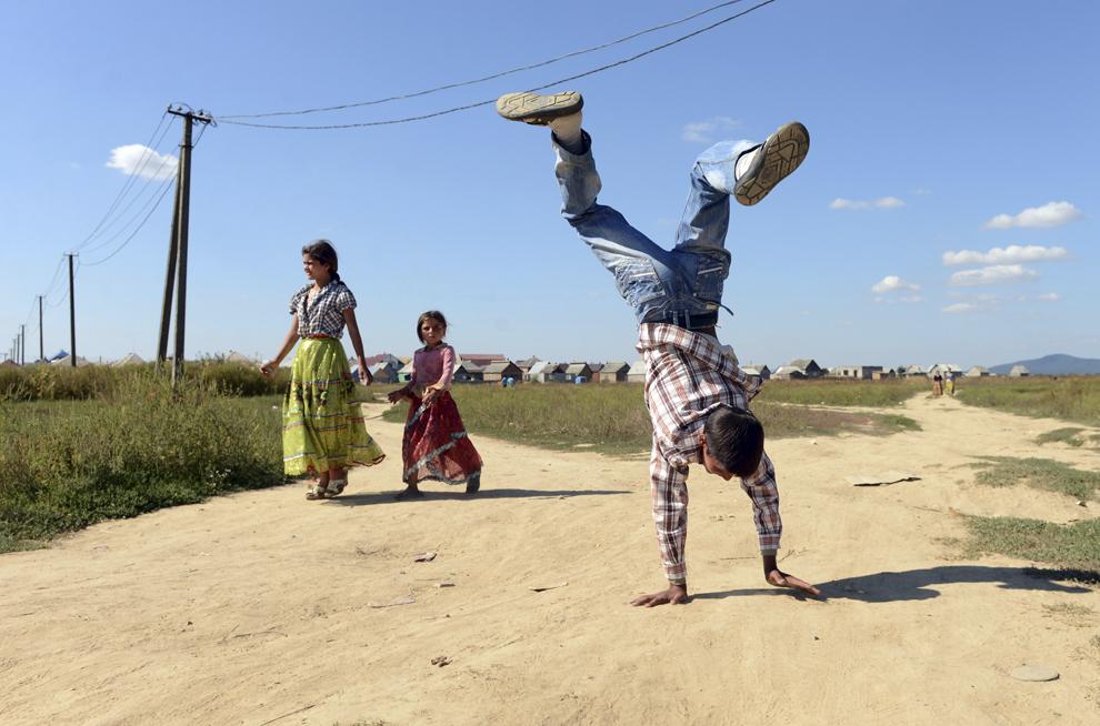 Membri ai comunităţii rome se plimbă în satul Pidvynogradiv, în apropiere de oraşul Vynogradiv, Ucraina, duminică, 8 septembrie 2013.