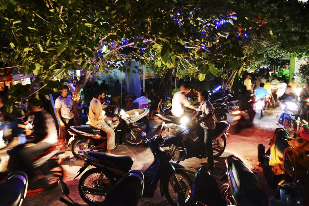 Localnici se plimbă cu mopede printr-un loc popular de noapte din oraşul Male, capitala Maldivelor, miercuri, 4 septembrie 2013.