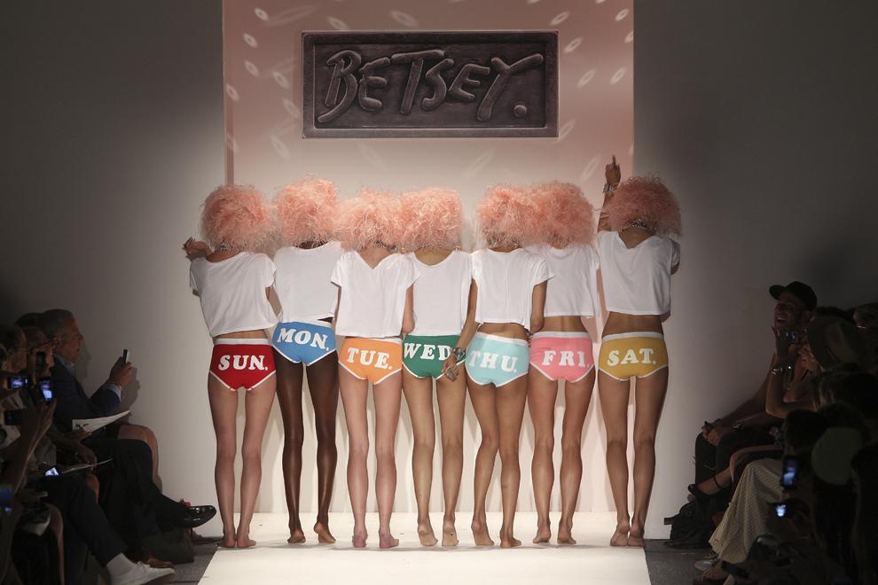 Modele poartă creaţii realizate de designerul Betsey Johnson în timpul saptămânii modei  Mercedes – Benz Primavară 2014, miercuri, 11 septembrie 2013.