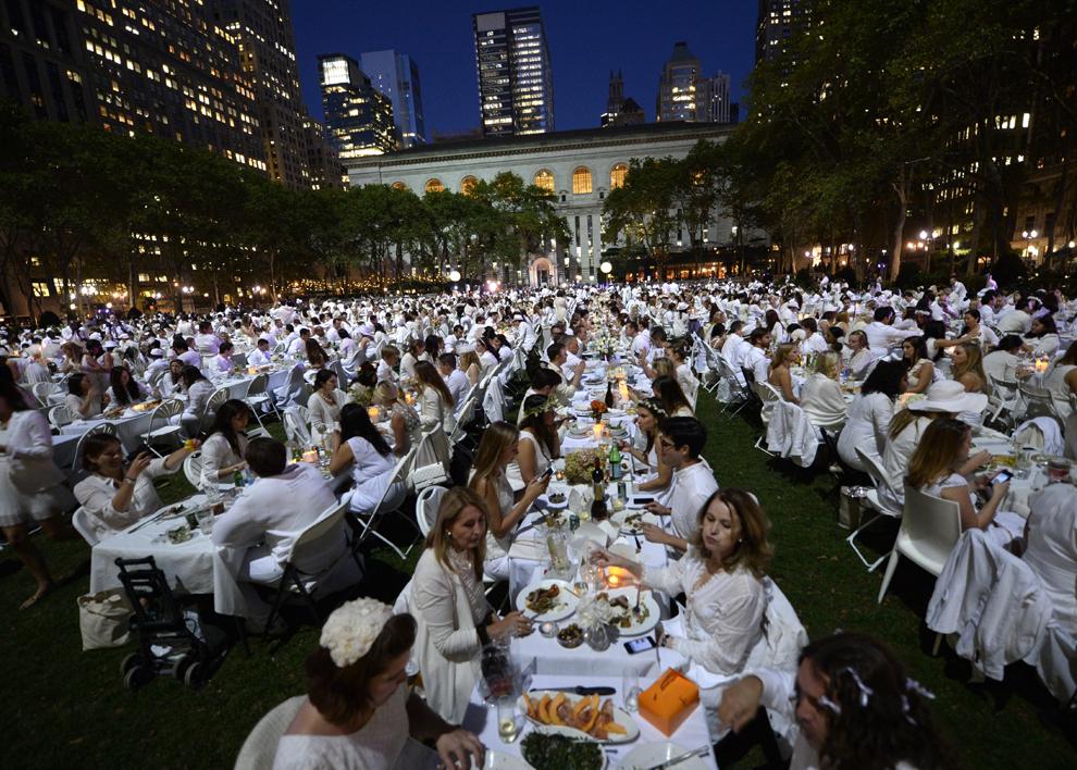 """Persoane stau aşezate la mese, în timpul """"Cinei anuale în Alb"""", singurul eveniment culinar viral, la Bryant Park, New York, miercuri, 18 septembrie 2013."""