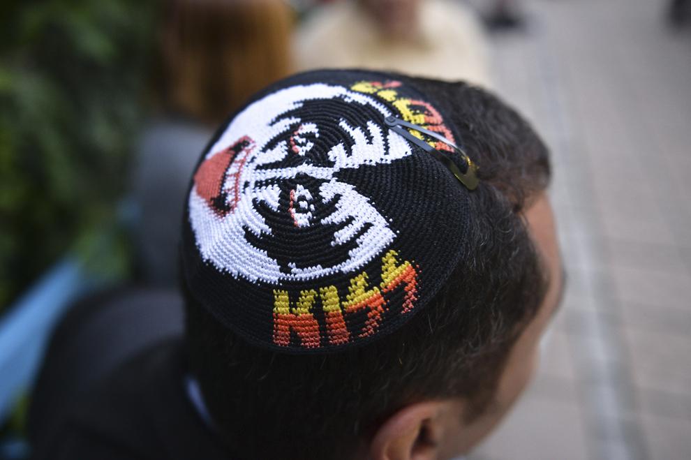 Un bărbat poartă o kipa cu însemnele formaţiei Kiss, înaintea slujbei ţinute cu ocazia Sucot-ului (Sărbătoarea Colibelor, Sărbătoarea Corturilor), în curtea Sinagogii Mari din Bucureşti, miercuri, 18 septembrie 2013.