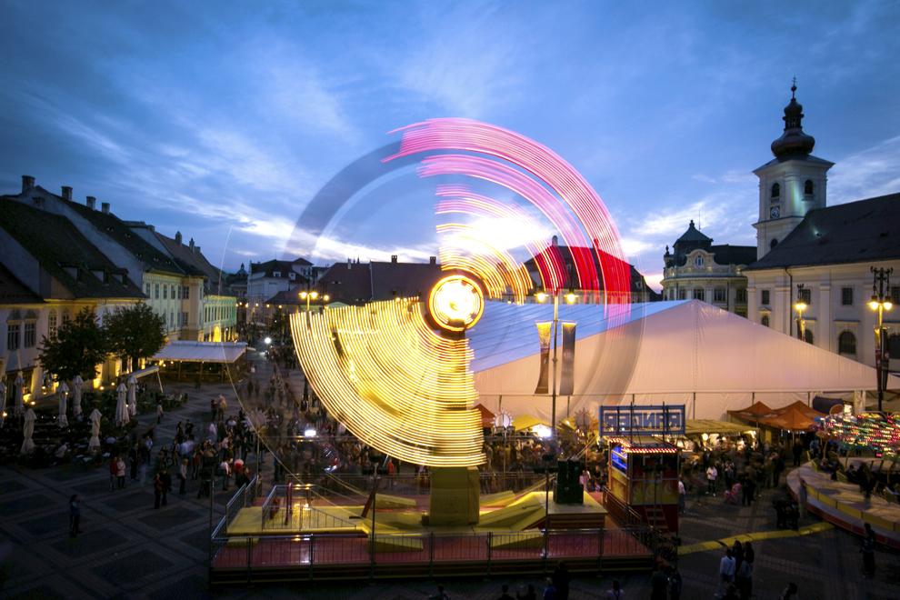 Persoane participă la festivalul berii Cibinfest de la Sibiu, replică a Oktoberfest-ului din Munchen, în Piaţa Mare, joi, 26 septembrie 2013.