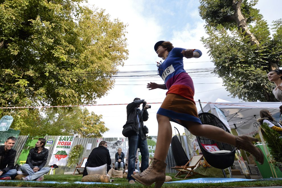 """O tânără, încălţată cu pantofi cu tocuri, aleargă în timpul cursei caritabile """"250m tocuri"""" din cadrul celei de a III-a ediţii a evenimentului Festival Urban """"Femei pe Mătăsari"""", în Bucureşti, sâmbătă, 28 septembrie 2013."""