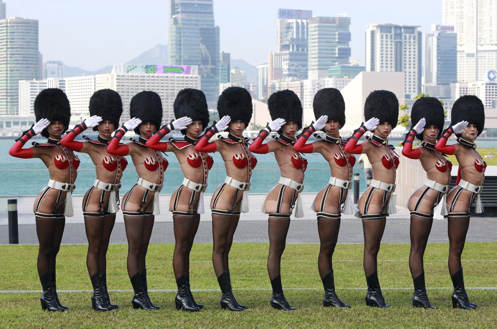 """Grupul  """"Le Crazy Horse Girls"""" pozează în Hong Kong, marţi, 10 septembrie 2013."""