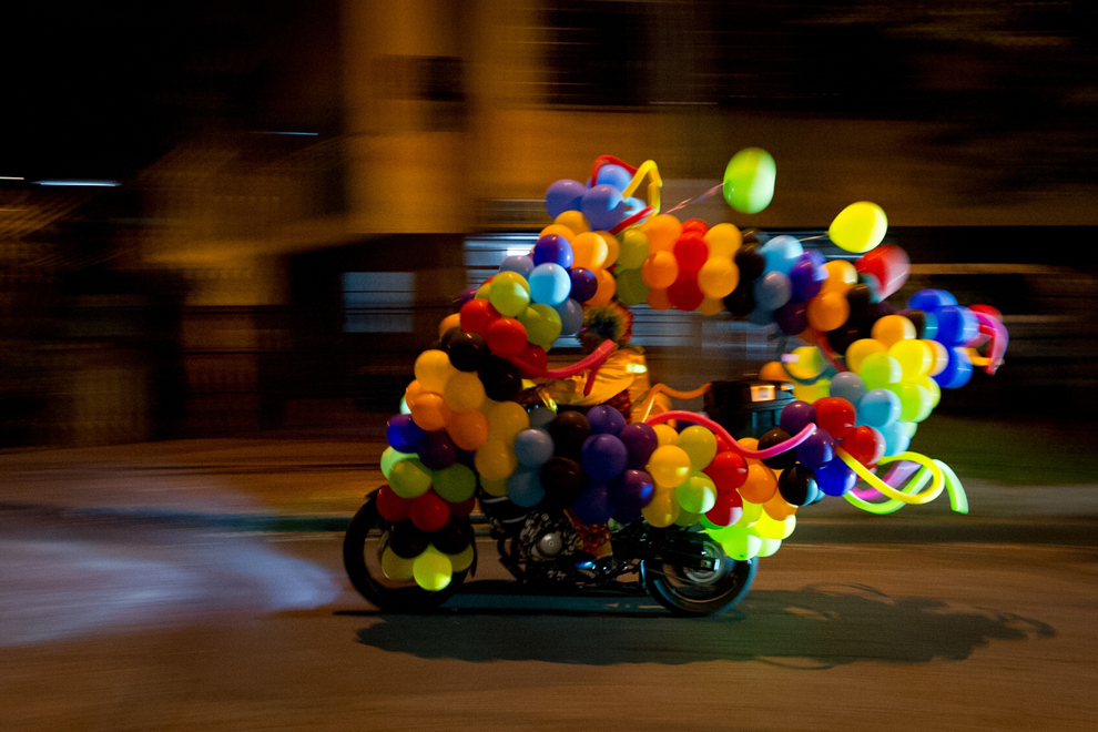 """Un bărbat îmbrăcat în clovn se plimbă cu motocicletă, în timpul paradei """" Moto- Halloween 2013"""", în Cali, Columbia, marţi, 30 octombrie 2013."""