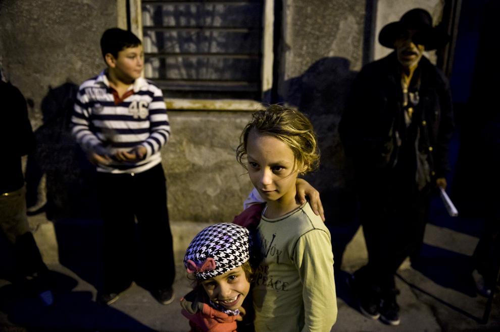 Familia Gabor urmăreşte protestul împotriva proiectului minier de la Roşia Montană, în Bucureşti, duminică, 13 octombrie 2013.