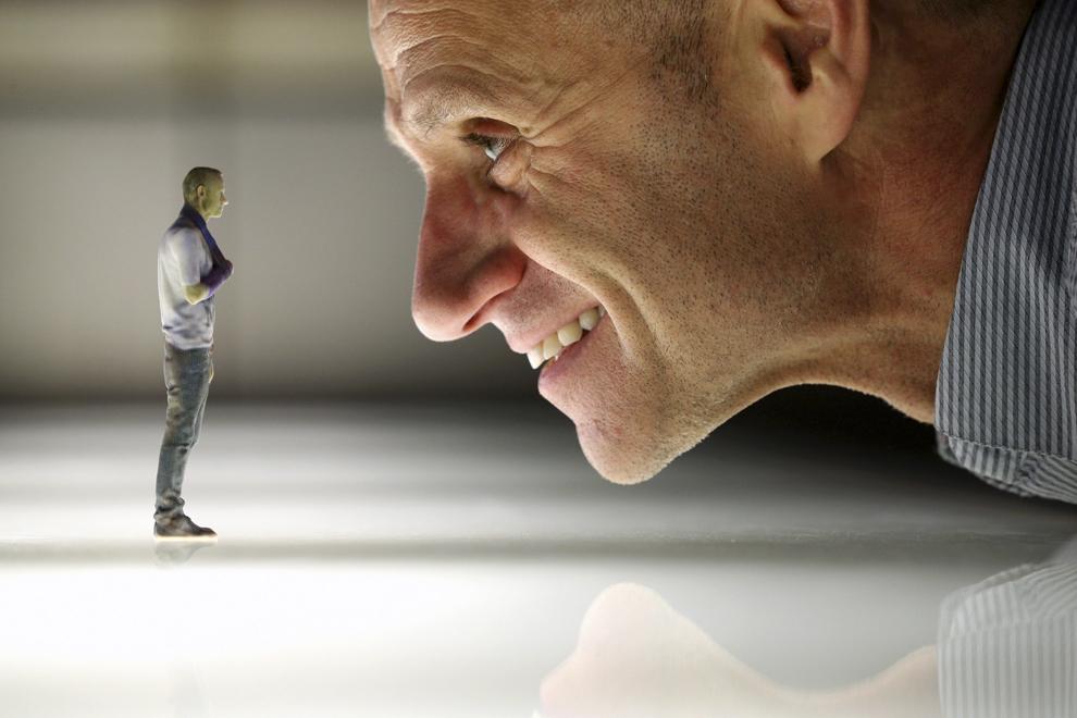 """Jurnalistul Evan Davies pozează cu o replică 3D a sa, în timpul expoziţiei """"3D: Printarea Viitorului"""", desfăşurată la Muzeul Ştiinţei din Londra, Anglia, marţi, 8 octombrie 2013."""