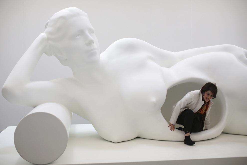 """O femeie admiră o operă contemporană expusă în timpul târgului """" Frieze London Art Fair"""", desfăşurat în Londra, vineri, 18 octombrie 2013."""