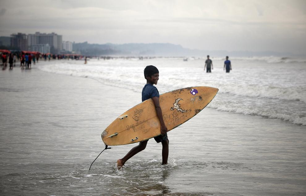 Yonus Ali, în vârstă de 12 ani, intră în apa în Cox's Bazar, Bangladesh,  marţi, 22 octombrie 2013.