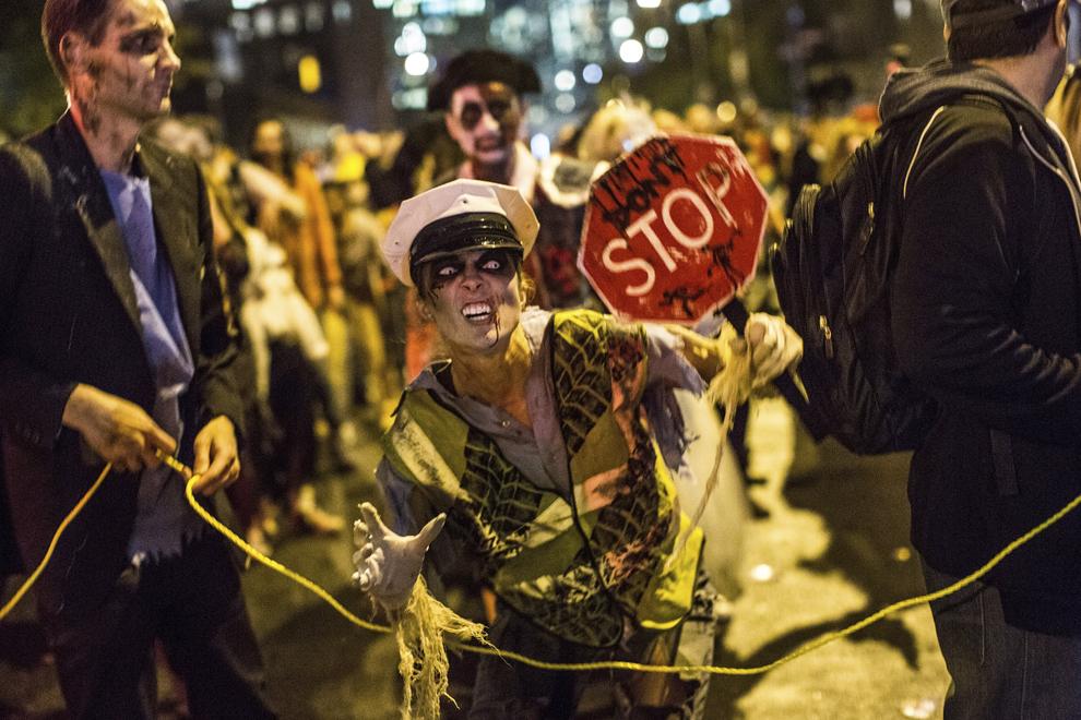 O tânără participă la parada anuală de Halloween din New York, joi, 31 octombrie 2013.