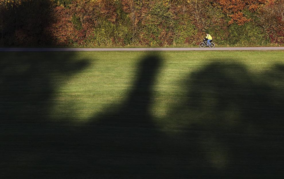 Umbrele capelei Loreto pot fi văzute, în timp ce un ciclist pedalează, în Kreen, Germania, joi, 24 octombrie 2013.