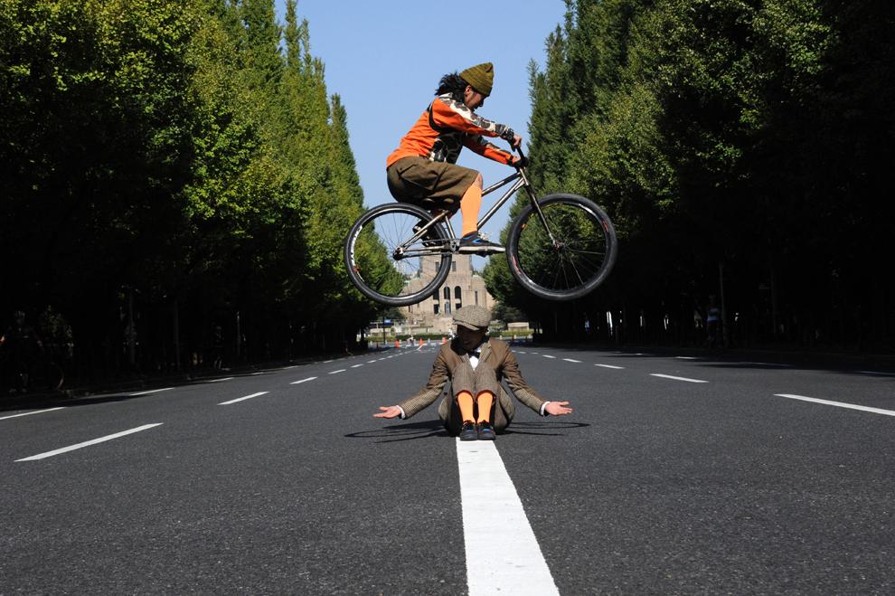 Un ciclist sare peste un bărbat, în timpul săptămânii modei japoneze, în Tokyo, Japonia, luni, 14 octombrie 2013.