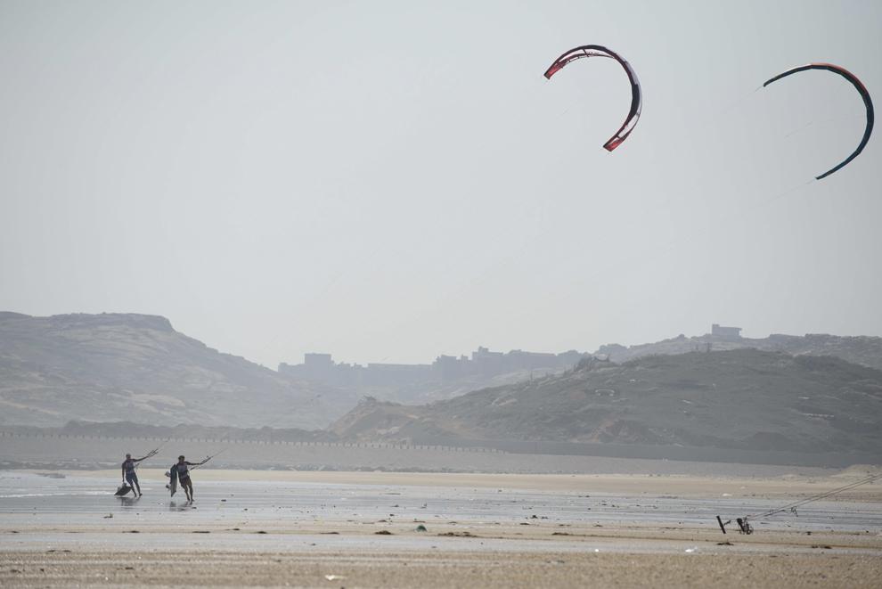 Surferi se plimbă pe o plajă a insulei Pingtan, din provincia Fujian, în timpul cupei de Kite-Boarding,  joi, 24 octombrie 2013.