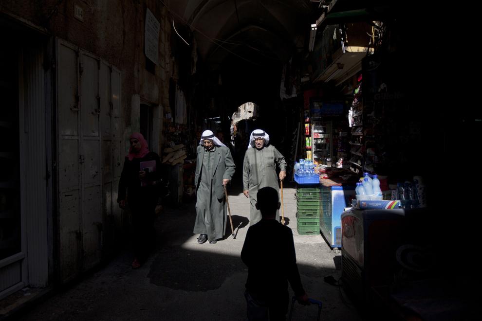 Doi musulmani palestinieni, se plimbă pe o alee din centrul vechi al oraşului Ierusalim, joi, 24 octombrie 2013.
