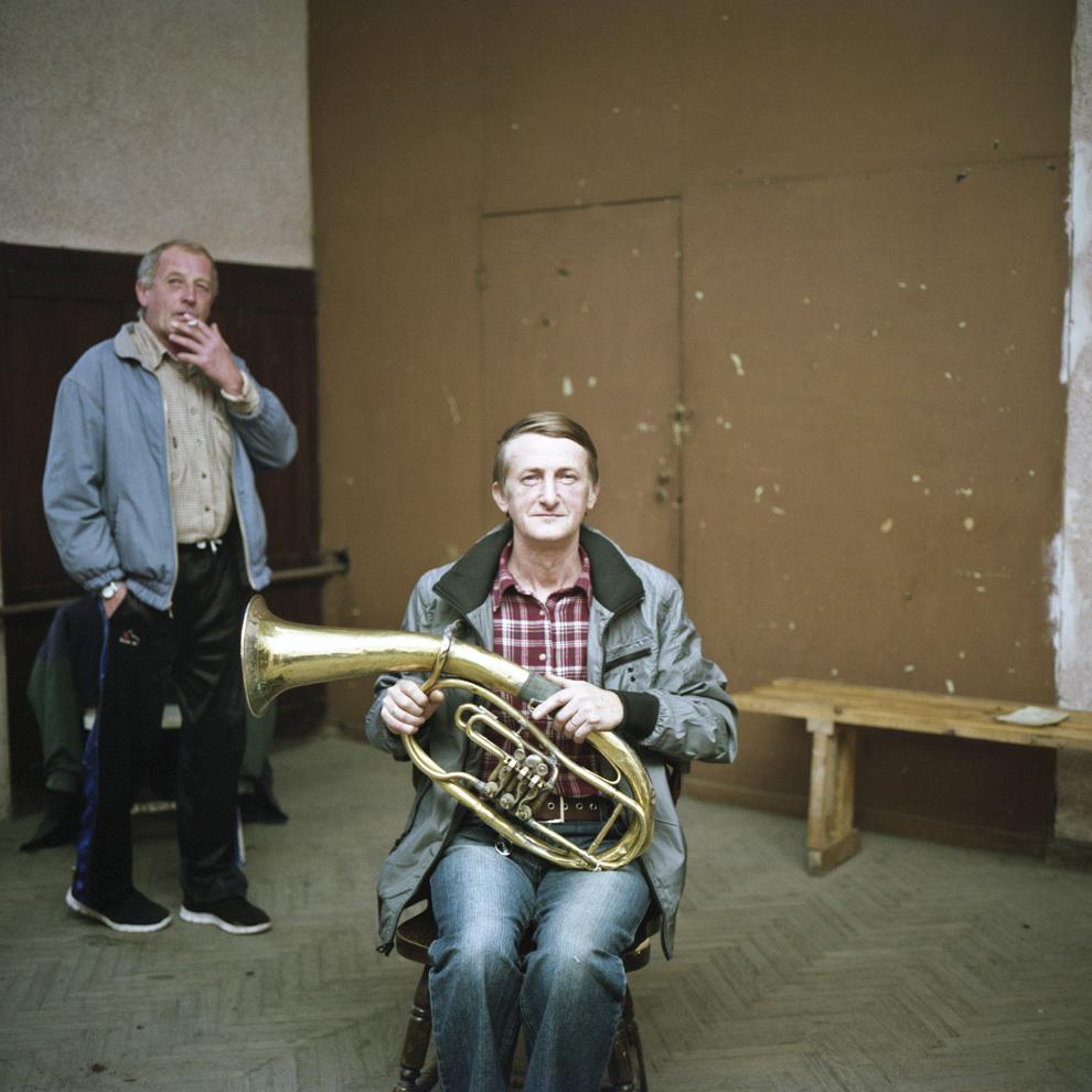 Otto Kungauer, baritone, Fanfara Anina, Caraş- Severin. Fanfara Anina are 148 de ani de activitate neîntreruptă. Membrii fanfarei sunt în grevă. Din cauza lipsei locurilor de muncă muzicienii sunt obligaţi să părăsească localitatea.