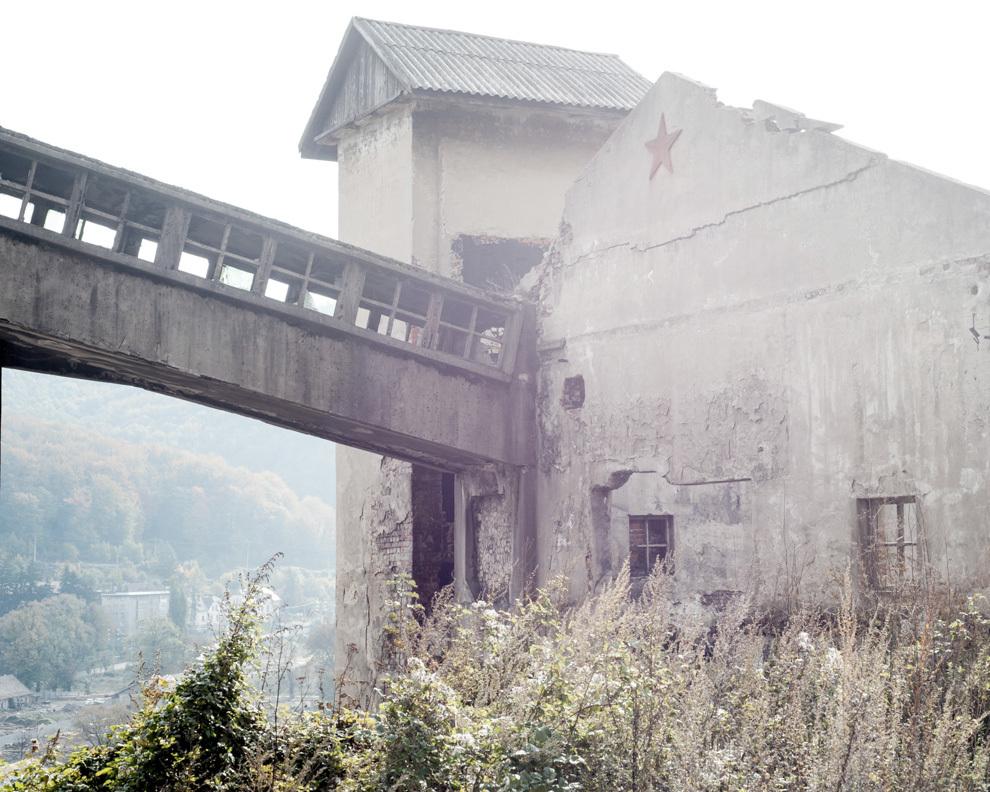 Clădire a fostei mine Anina, Caraş-Severin. Mina Anina a fost închisă în 2006 după un accident în urma căruia şi-au pierdut viaţa 7 oameni. La momentul închiderii, mina Anina era cea mai adâncă din Europa, 1250 de metri, şi era singura sursă de venit a zonei. În ultimii 7 ani nu s-au creat locuri de muncă în Anina. Oraşul este ţinut în viaţă de femeile care lucrează în Germania şi Italia, la îngrijit bătrâni.