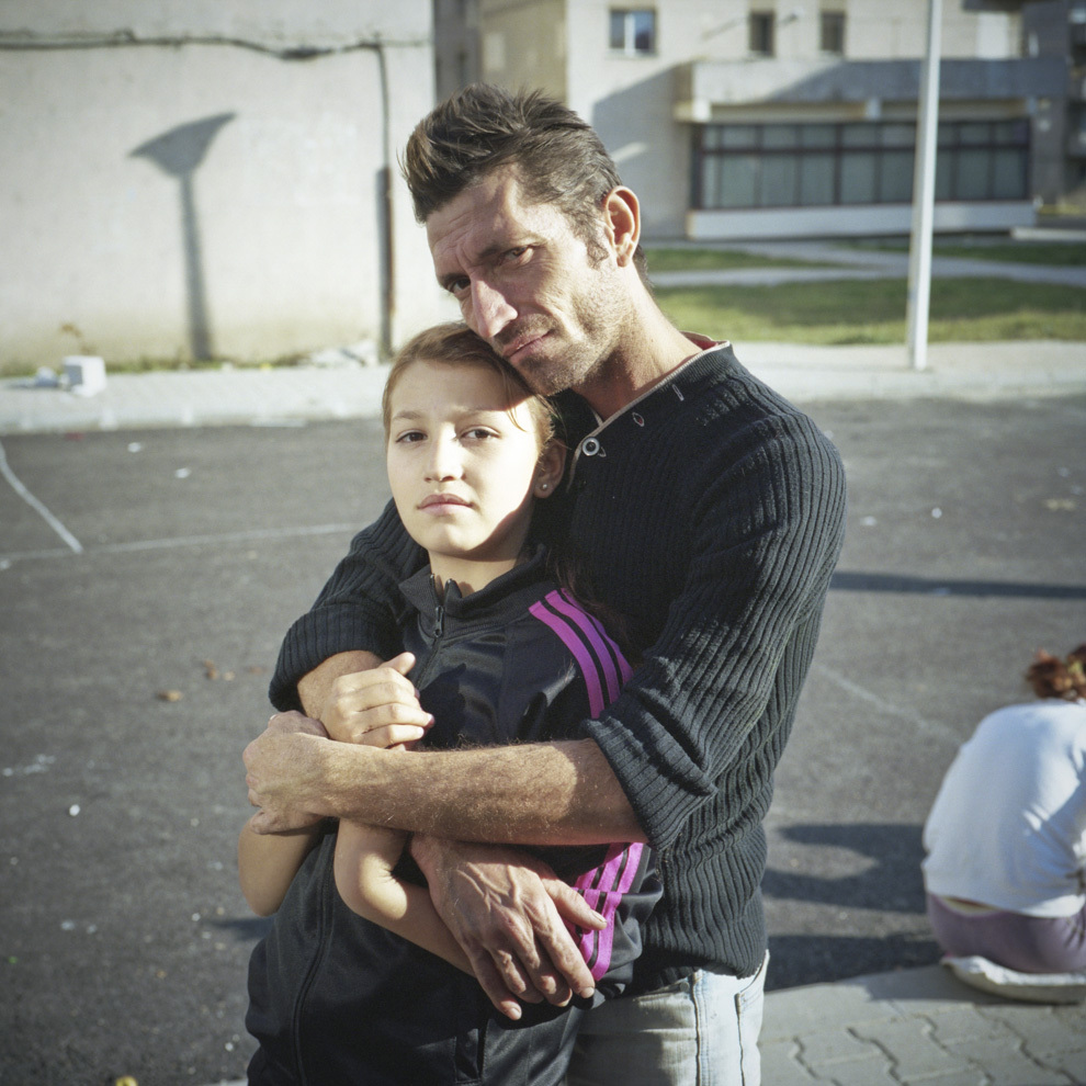Tată şi fiică, ghetoul din comuna Mătăsari, Gorj.