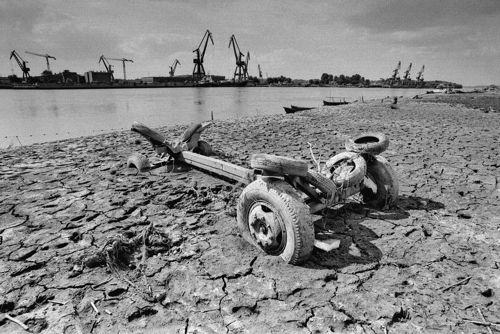 Tudor Vladimirescu, şasiu pentru transportul bărcilor, blocat în nămolul uscat în urma inundaţiei.