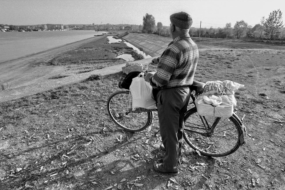 Tudor Vladimirescu, bărbat aşteptând bacul pentru a traversa la Tulcea.