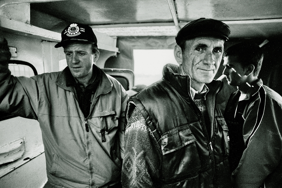 Bărbaţi în naveta-şalupă dintre Tulcea şi Tudor Vladimirescu.