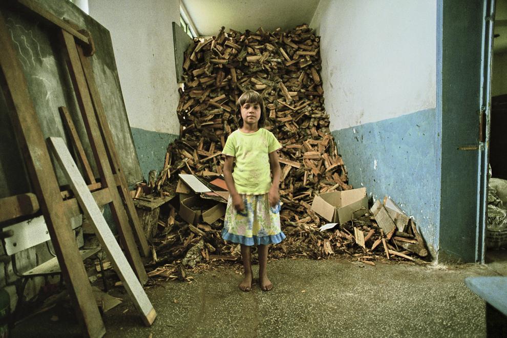 Letea, şcoala satului, holul transformat în depozit de lemne pentru foc.