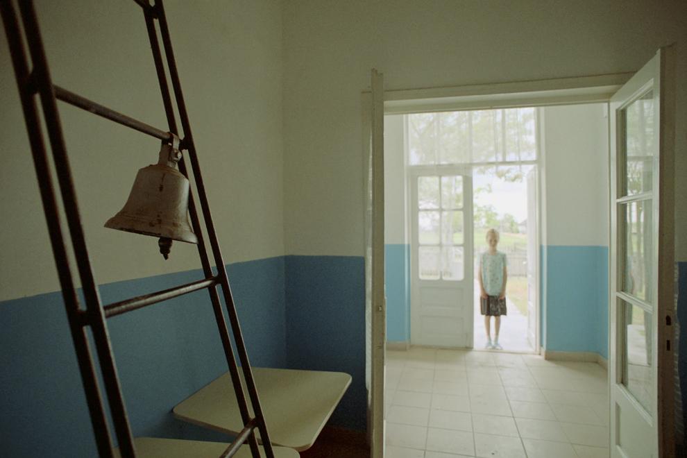 Letea, holul şcolii şi clopotul care vesteşte începutul şi sfârşitul orelor.