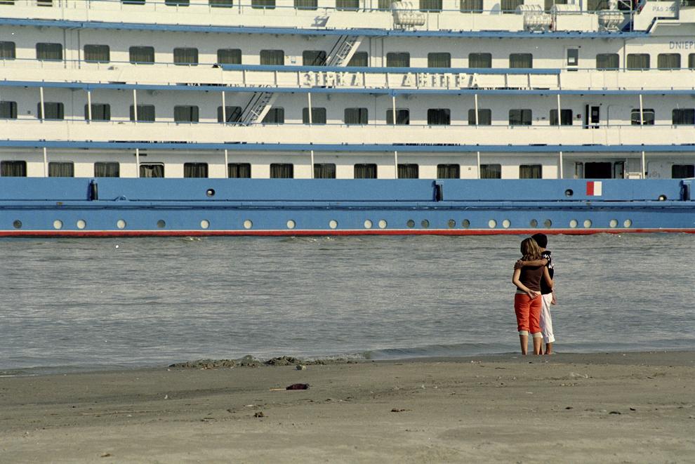 Tudor Vladimirescu, un cuplu priveşte romantic un vas de croazieră.