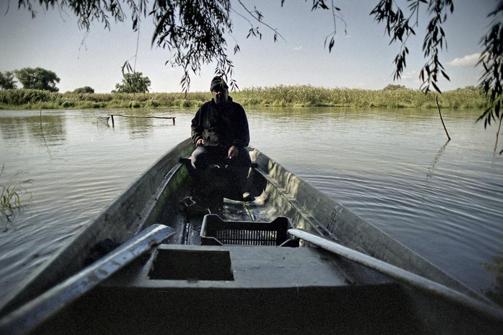 Pe plaur, la pescarii lipoveni. Pecar în barcă soseşte de la taliane.