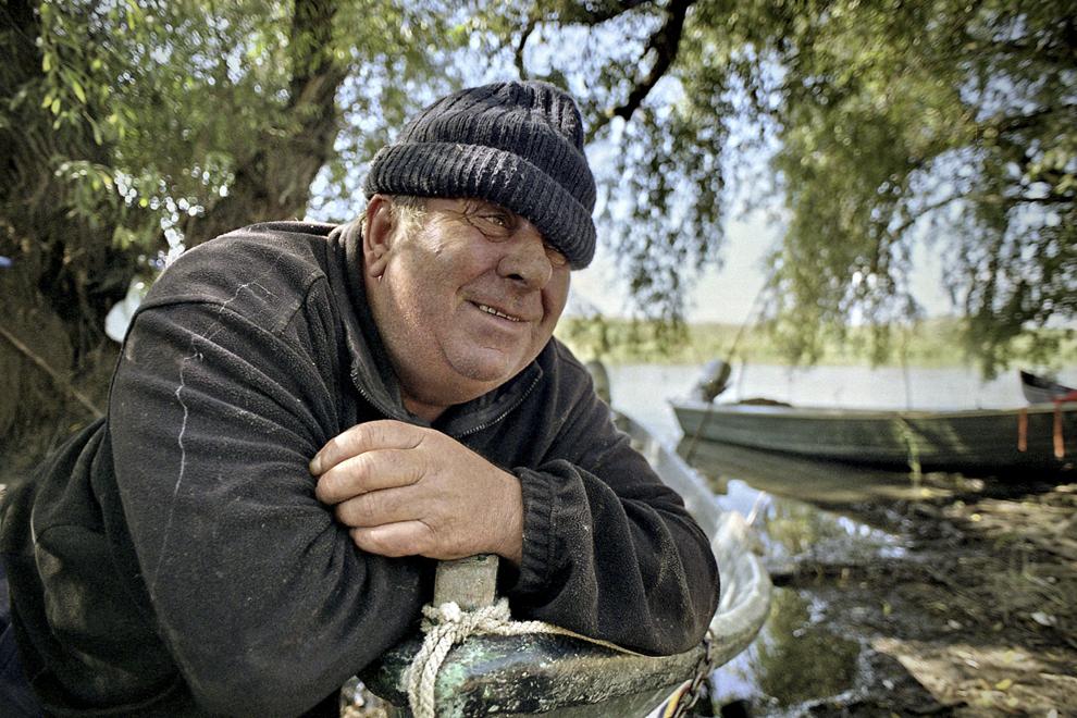 Pescar hâtru stând la taclale, făcând schimb de informaţii.