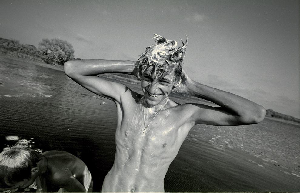 Cardon, pe canal, copii spălându-se.