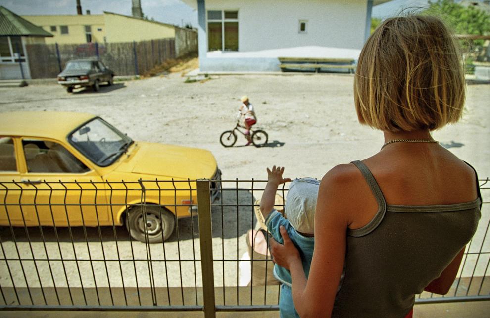 Mahmudia, sora mai mare o supraveghează pe cea mică, privind strada principală.