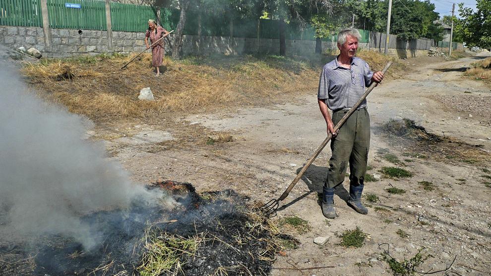 Curăţenie pe uliţă într-un sat dobrogean.