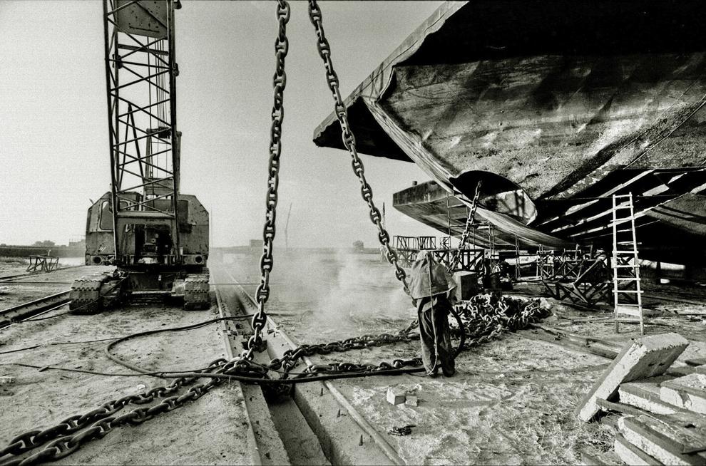 Sulina, şantierul de reparaţii, barjă andocată pentru operaţiuni de întreţinere.
