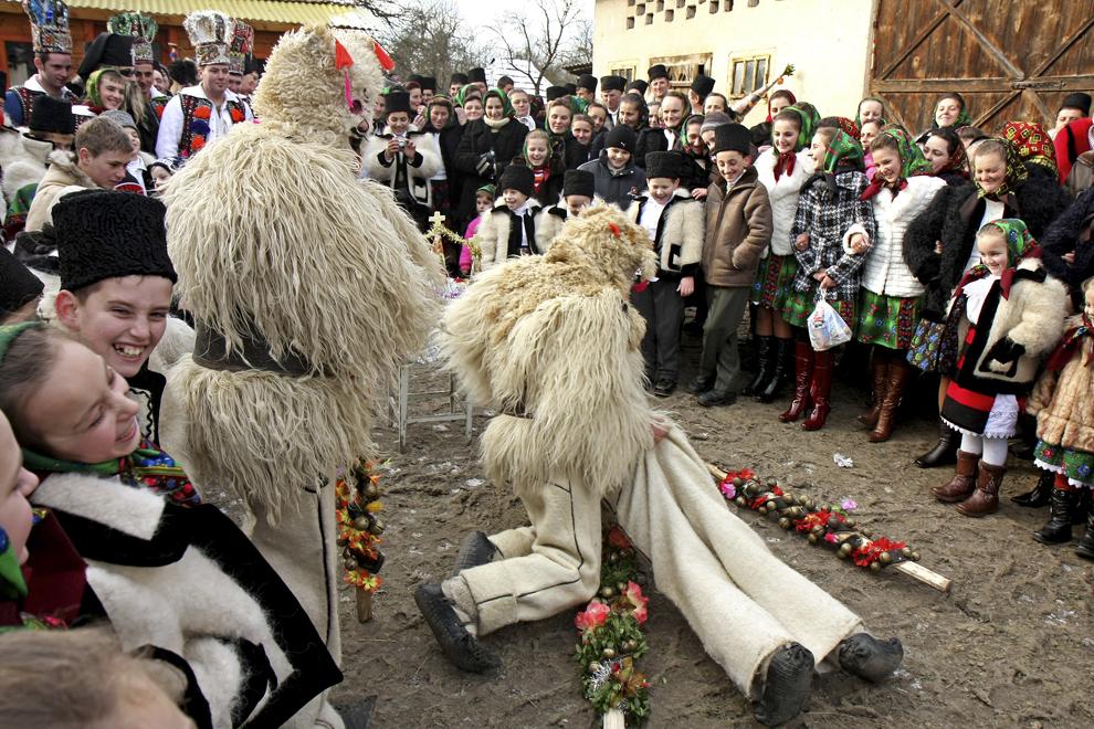"""Tineri costumaţi reprezentând personajele """" Păstorii"""", participă la piesa de teatru popular """"Viflaimul"""" din satul Breb, judeţul Maramureş, joi,  25 decembrie 2008."""