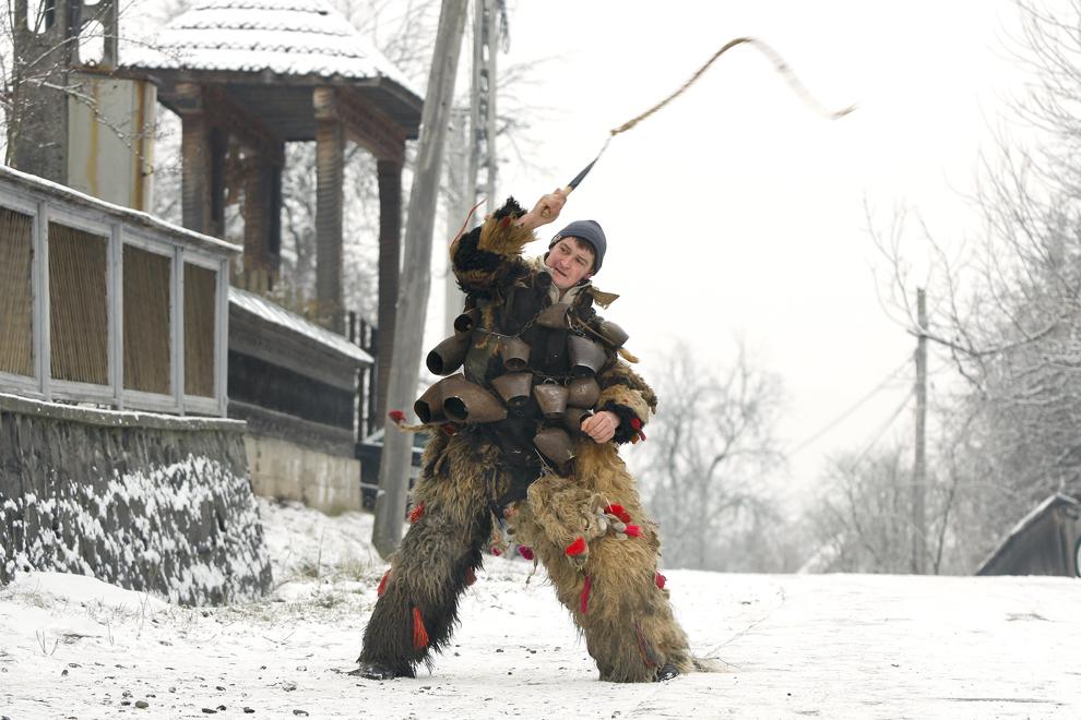 """Tânăr costumat reprezentând personajul """"Dracul"""",  participă la piesa de teatru popular """"Viflaimul"""" din satul Breb, judeţul Maramureş, duminică, 25 decembrie 2011."""