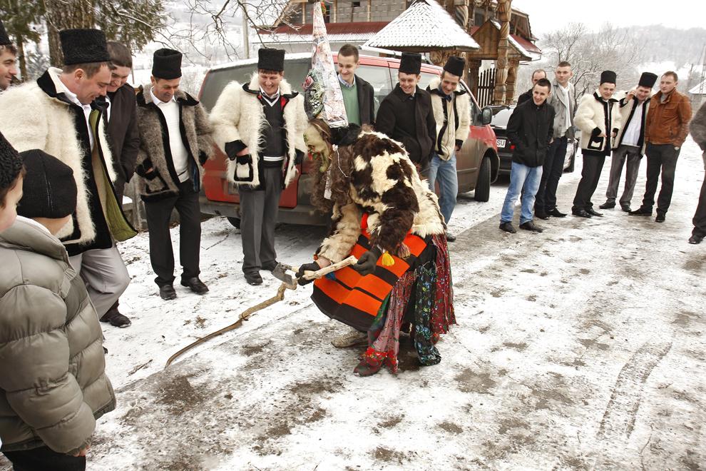 """Tânăr costumat reprezentând personajul """"Moartea"""",  participă la piesa de teatru popular """"Viflaimul"""" din satul Breb, judeţul Maramureş, duminică, 25 decembrie 2011."""