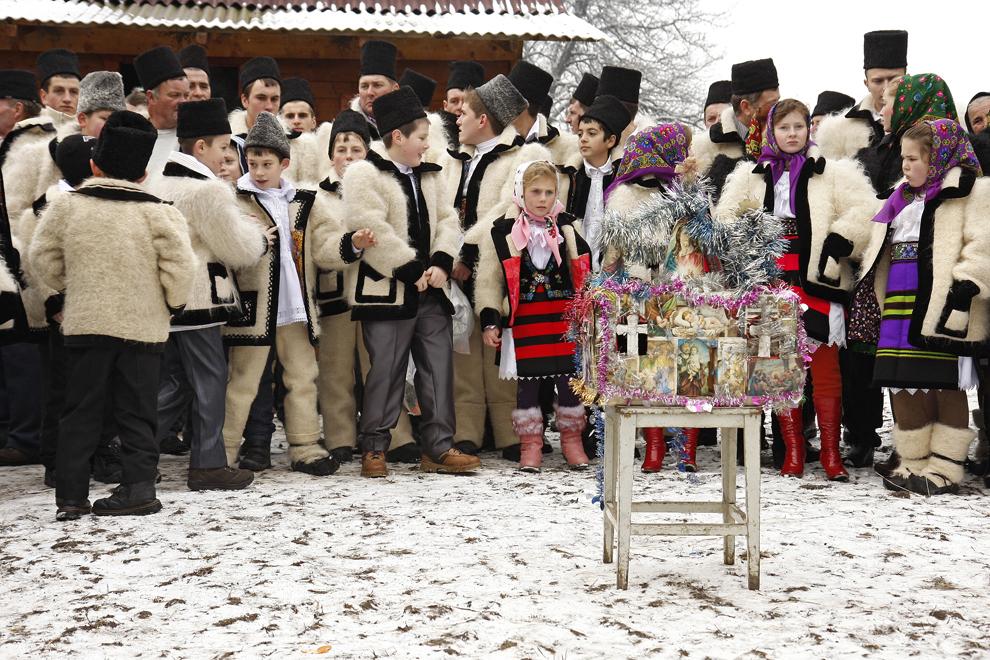 """Copii îmbrăcaţi în port tradiţional maramureşean, participă la piesa de teatru popular """"Viflaimul"""" din satul Breb, judeţul Maramureş, duminică, 25 decembrie 2011."""