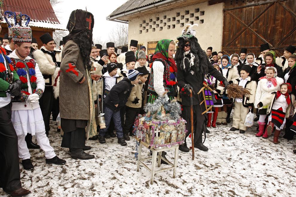 """Persoane costumate reprezentând personajele Iosif şi Maria, participă la piesa de teatru popular """"Viflaimul"""" din satul Breb, judeţul Maramureş, duminică, 25 decembrie 2011."""