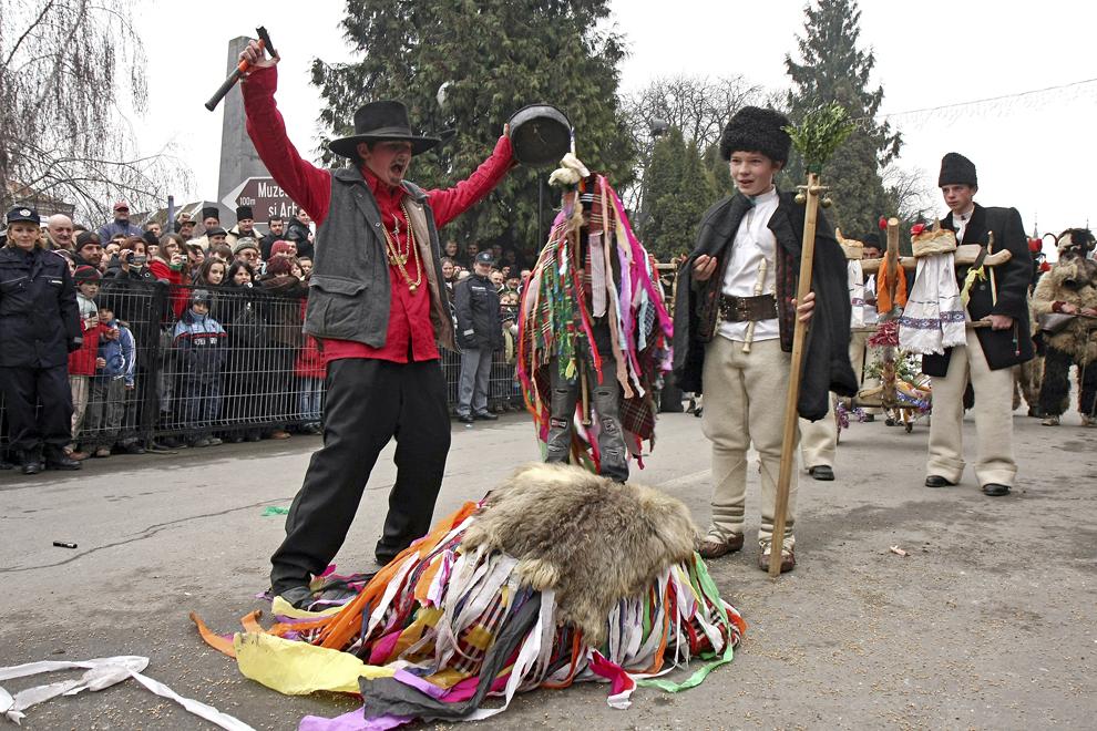 Un grup de copii costumaţi, joacă jocul Ursului cu ocazia Festivalului de Datini Marmaţia 2009, la Sighetu Marmaţiei, duminică, 27 decembrie 2009.