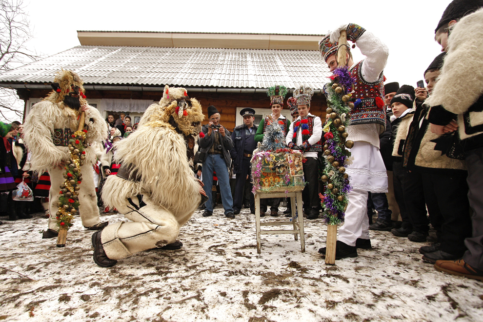 """Persoane costumate reprezentând personajele """"păstorii"""",  participă la piesa de teatru popular """"Viflaimul"""" din satul Breb, judeţul Maramureş, duminică, 25 decembrie 2011."""