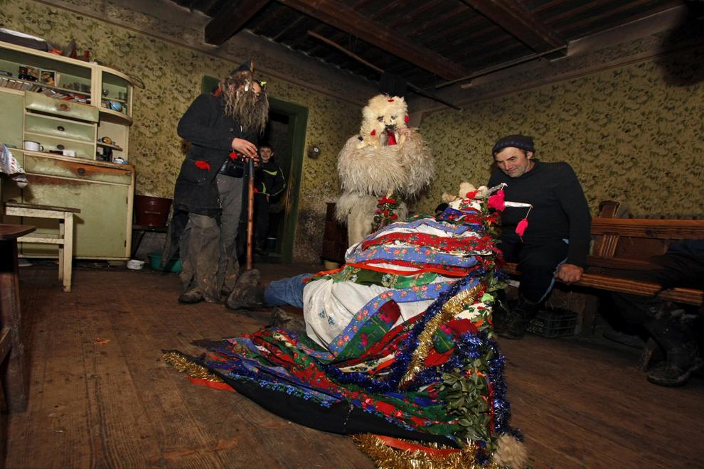 """Un grup de colindători  joacă """"Capra"""" într-o casă bătrânească din satul Breb, judeţul Maramureş, sâmbătă, 24 decembriei 2011."""