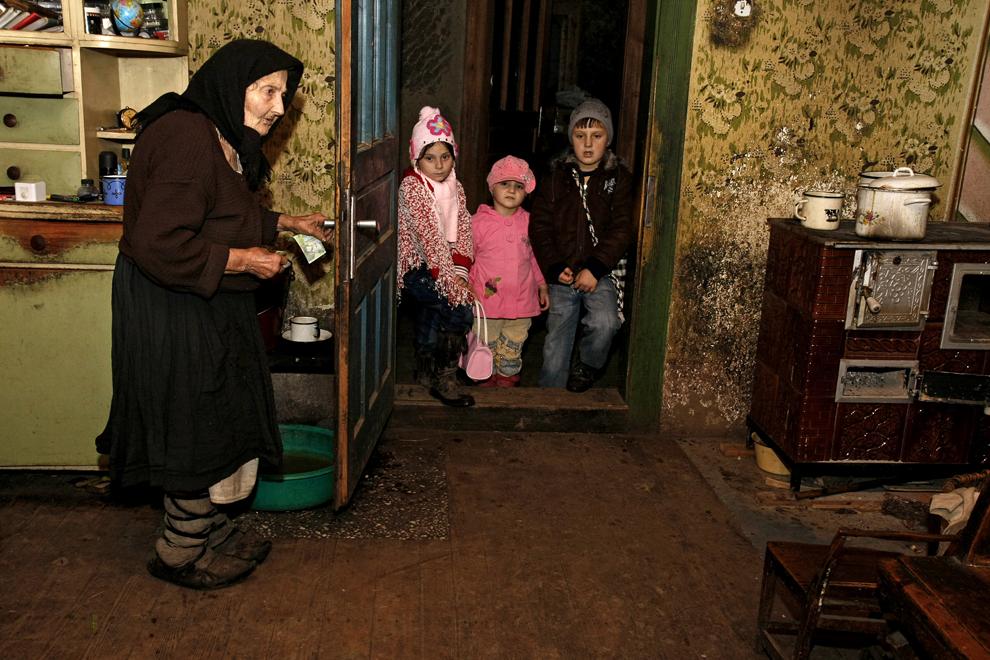 Un grup de copii colindă la uşa unei case bătrâneşti din satul Breb, judeţul Maramureş, sâmbătă, 24 decembrie 2011.