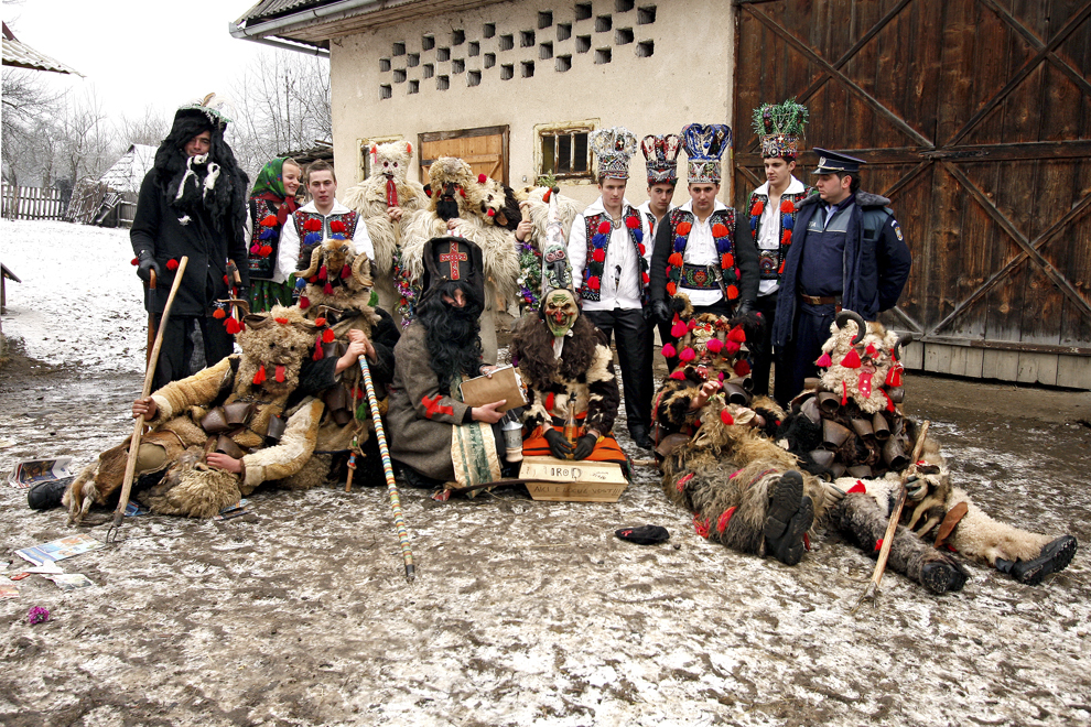 """Persoane costumate reprezentând personajele piesei de teatru popular """"Viflaimul"""" din satul Breb, judeţul Maramureş, duminică, 25 decembrie 2011."""