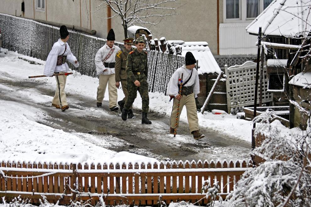 """Persoane costumate reprezentând personajele """"păstorii şi soldaţii"""", participă la piesa de teatru popular """"Viflaimul"""" din satul Chiuzbaia, judeţul Maramureş, duminică, 26 decembrie 2010."""