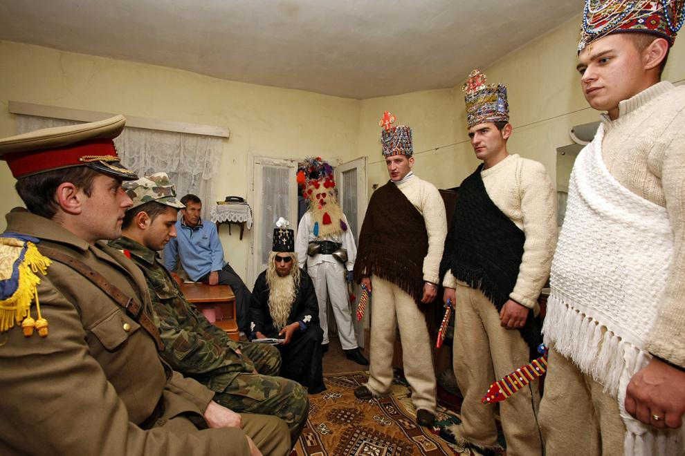 """Persoane costumate reprezentând personajele """"craii şi soldaţii"""", participă la piesa de teatru popular """"Viflaimul"""" din satul Chiuzbaia, judeţul Maramureş, duminică, 26 decembrie 2010."""