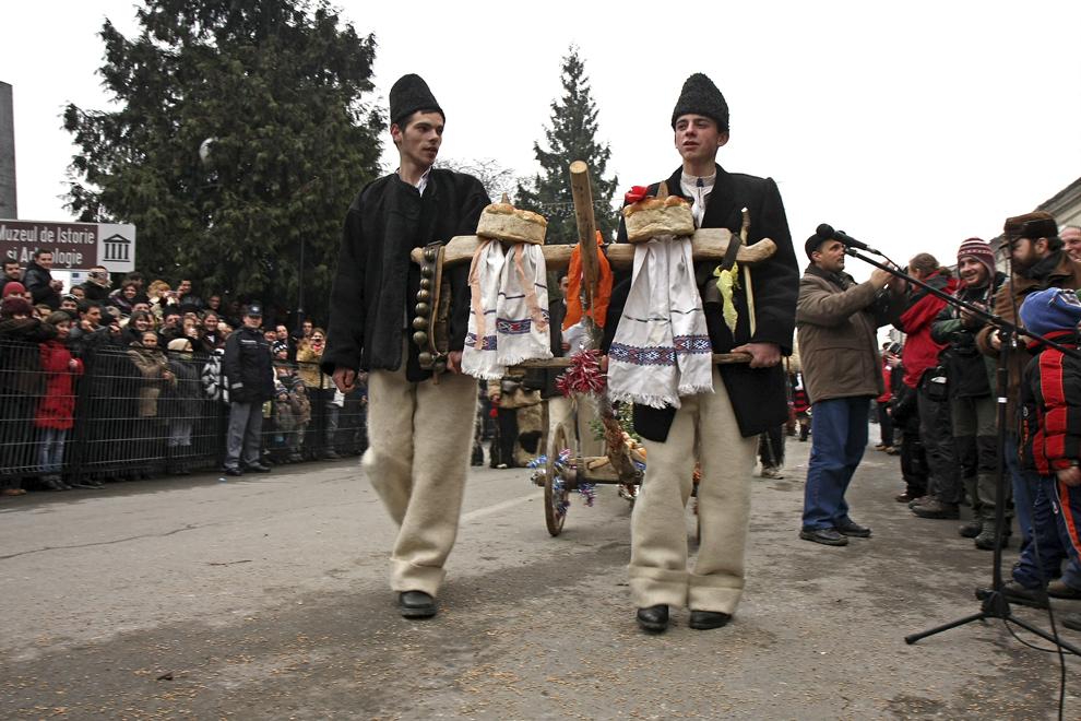 Tineri îmbrăcaţi în port tradiţional participă la Festivalul de Datini Marmaţia 2009, la Sighetu Marmaţiei, duminică, 27 decembrie 2009.