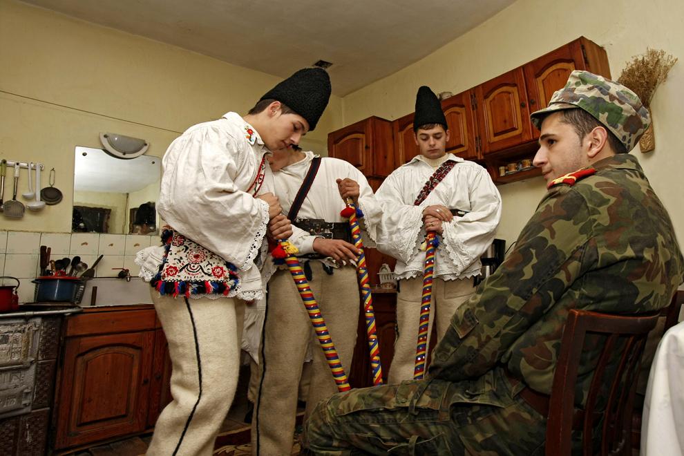 """Persoane costumate reprezentând personajele """"păstorii şi soldatul"""",  participă la piesa de teatru popular """"Viflaimul"""" din satul Chiuzbaia, judeţul Maramureş, duminică, 26 decembrie 2010."""