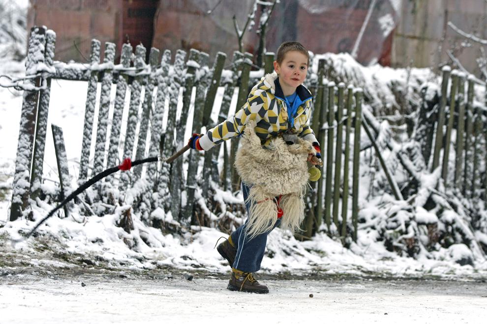 Jocul moşilor, obicei din satul Chiuzbaia, judeţul Maramureş, în care personaje mascate, moşii, ies pe stradă a doua zi de Crăciun şi biciuesc băieţii întâlniţi în cale, duminică, 26 decembrie 2010.